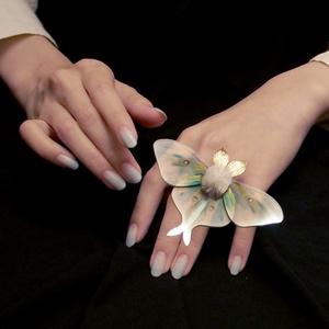 大水青の指飾り