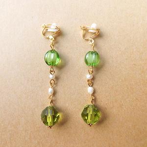 グリーン×淡水パールのイヤリング