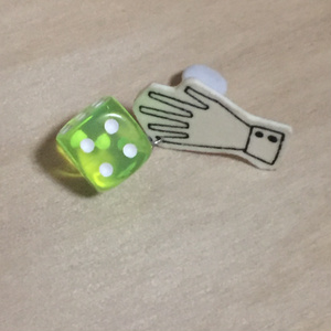 ダイスロールイヤリング (黄緑・1d6) c5
