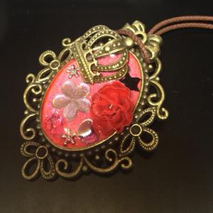 王冠と赤い薔薇のペンダント