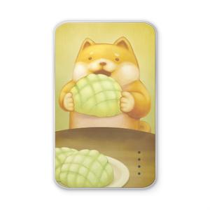 大きなメロンパンを食べる柴犬さんのモバイルバッテリー