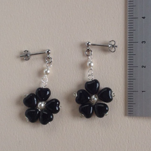 黒小花のピアス