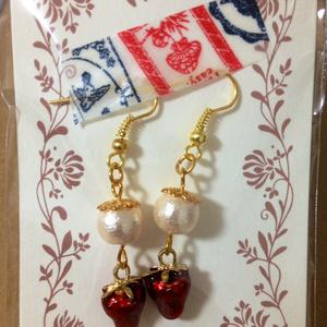 苺とコットンパールのピアス